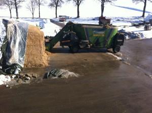 Mélangeuse : appareil servant à préparer et distribuer la ration alimentaire aux vaches – capacité 30 m3.
