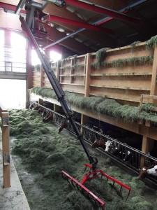 Pont roulant : appareil de manutention muni d'une griffe permettant le levage et le transfert d'aliment sur le soliveau.