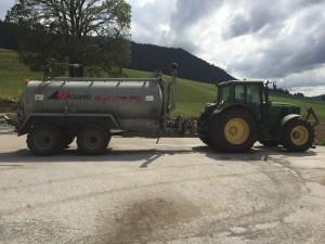 Tracteur 6520 avec la citerne à pression  d'une contenance de 10'000 litres.